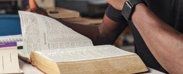 Como encontro um versículo bíblico específico? Um guia de navegação rápida